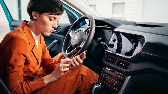 Eine Frau steigt gerade aus einem Volkswagen Auto