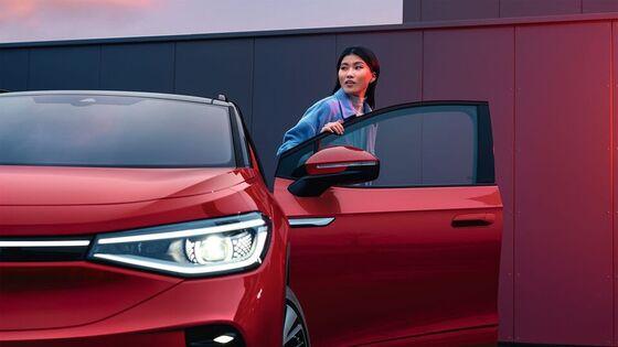 Das Cockpit eines Volkswagen und das Navigationssystem ist zu sehen