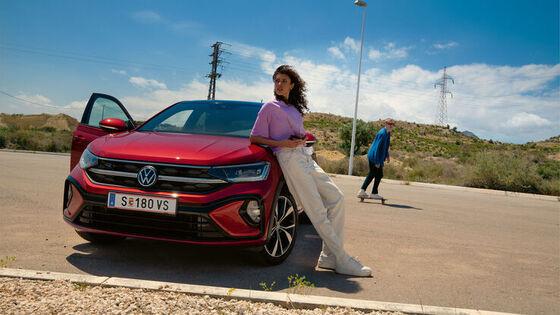 Drei VW Modelle stehen vor einem modernen Gebäude