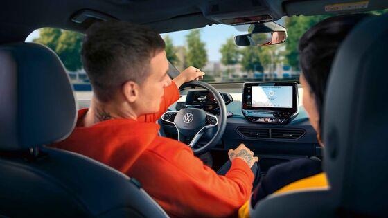Lenkrad und Ausblick vom Fahrersitz aus eines Volkswagen Fahrzeuges