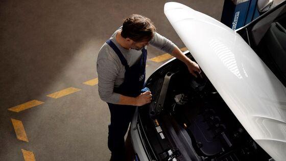 Ein VW Mechaniker bei der Arbeit
