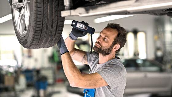 Ein VW Mechaniker beim Reifenservice